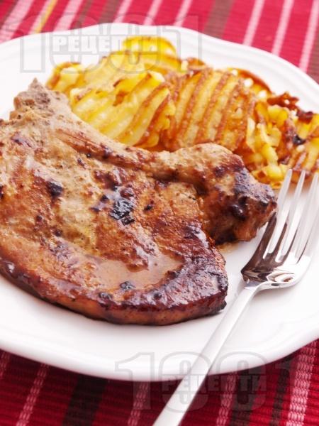 Крехки мариновани свински пържоли / котлети с мед, горчица, чесън и соев сос печени на тиган - снимка на рецептата